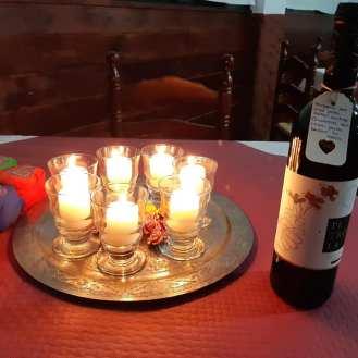 detalle mesa y vino